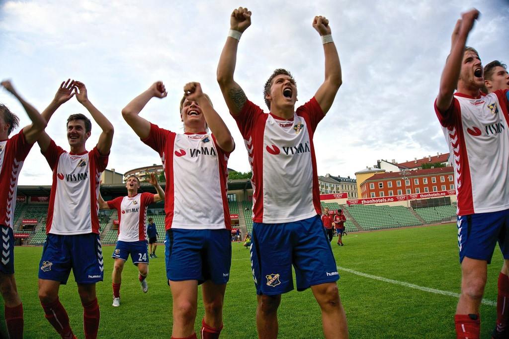 Gutta feirer seier foran Bastionen. (Foto: Harald Sollund)